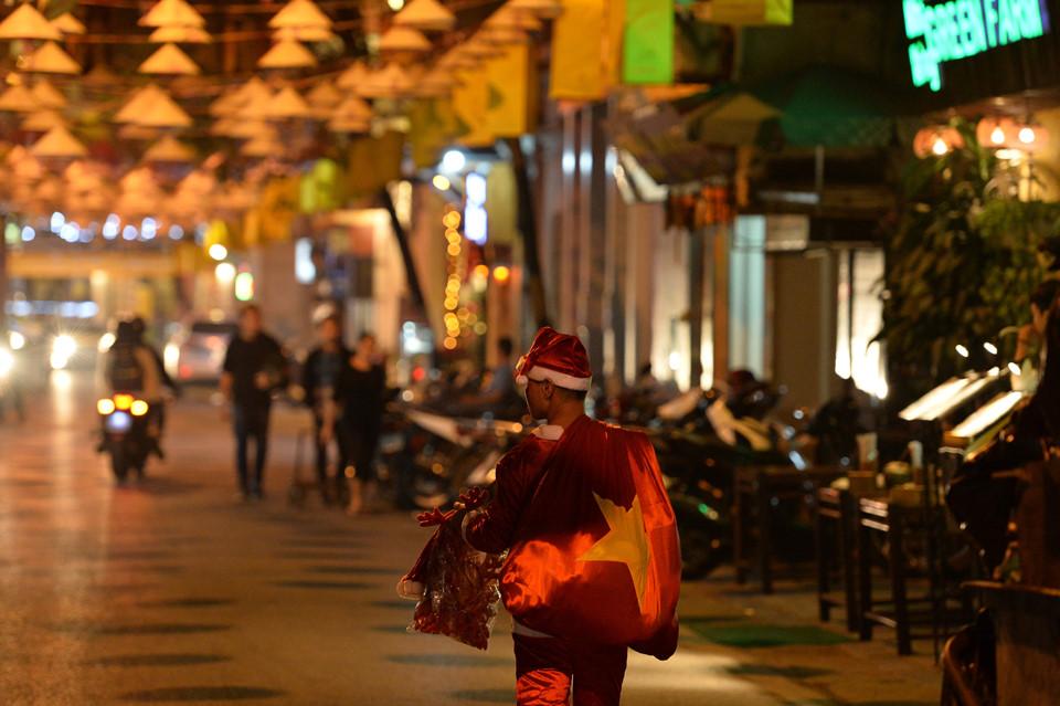 Những chiếc nón dường như lung linh hơn dưới ánh đèn trong đêm tối, nhất là khi không khí Giáng sinh đang ngập tràn khắp nẻo đường Hà Nội.