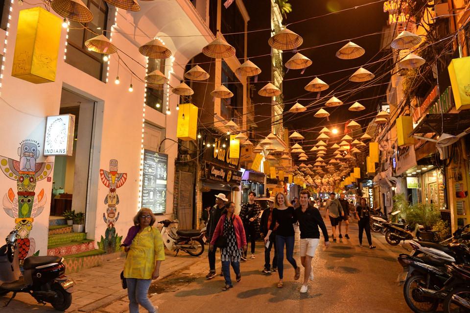 Những vị khách nước ngoài cũng rất thích thú với sự thay đổi độc, lạ và đầy tính truyền thống này.