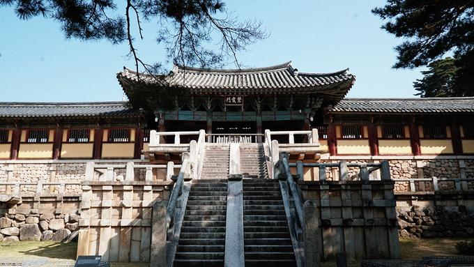 Chùa Bulguksa được xây dựng năm 528 vào triều đại Silla, dưới thời vua Beop-heung (514-540). Công trình tọa lạc tại Jinheon-dong, thành phố Gyeongju, tỉnh Bắc Gyeongsang. Đây là nơi thăm viếng nổi tiếng của người dân Hàn Quốc và là điểm dừng chân không thể bỏ qua của du khách nước ngoài.