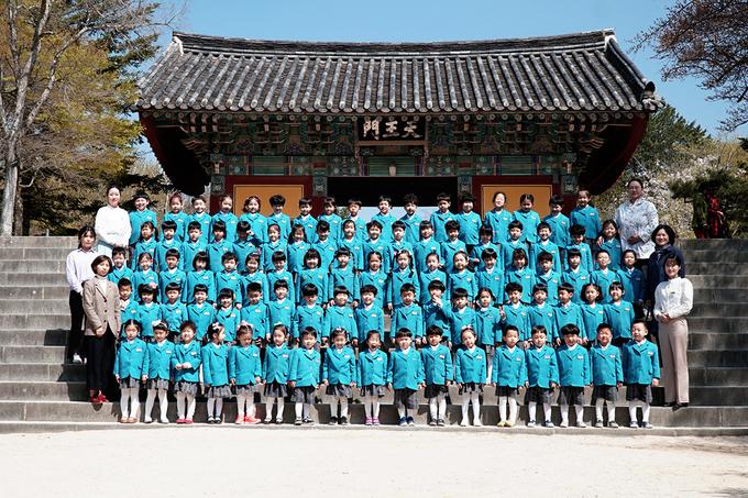 Chùa mở cửa đón khách từ 7 đến 18h mỗi ngày. Người lớn trên 19 tuổi phải mua vé giá 5.000 won. Thanh thiếu niên từ 13 đến 18 tuổi mua vé giá 3.500 won, nếu đi theo nhóm (20 người trở lên) thì được giảm còn 3.000 won. Trẻ em từ 7 đến 12 tuổi mua vé với giá 2.500 won, đi theo nhóm còn 2.000 won. Trẻ em dưới 7 tuổi được miễn phí. (1.000 won bằng khoảng 20.000 đồng).