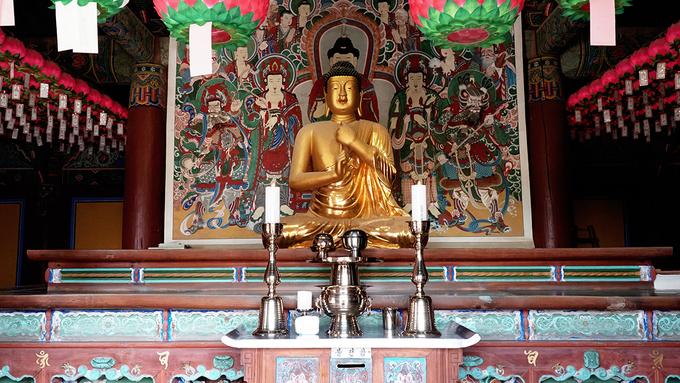 Mặt trước của chùa là cổng vào có cầu thang bằng đá cao gần chục mét còn nguyên vẹn. Đây là lối dẫn đến 2 điện chính thờ Đức Thích Ca Mâu Ni và Phật A Di Đà.