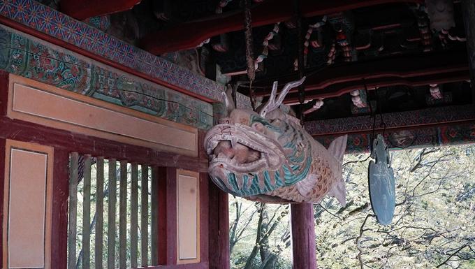 Nhiều góc của chùa trang trí họa tiết hoa sen, bầu trời, chim muông với màu sắc sặc sỡ nhưng đã phai mờ theo thời gian. Những họa tiết này cũng đại diện cho tầng lớp quý tộc Hàn Quốc thời xưa.