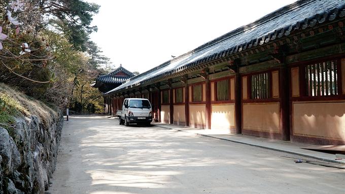 Lối đi bao quanh ngôi chùa được xây dựng kiên cố.
