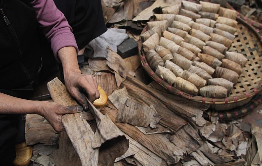 Vỏ bánh gai là lá chuối Tây còn tươi được rửa sạch, phơi khô và xé nhỏ. Lá chuối gói vào bánh theo kiểu chữ thập.