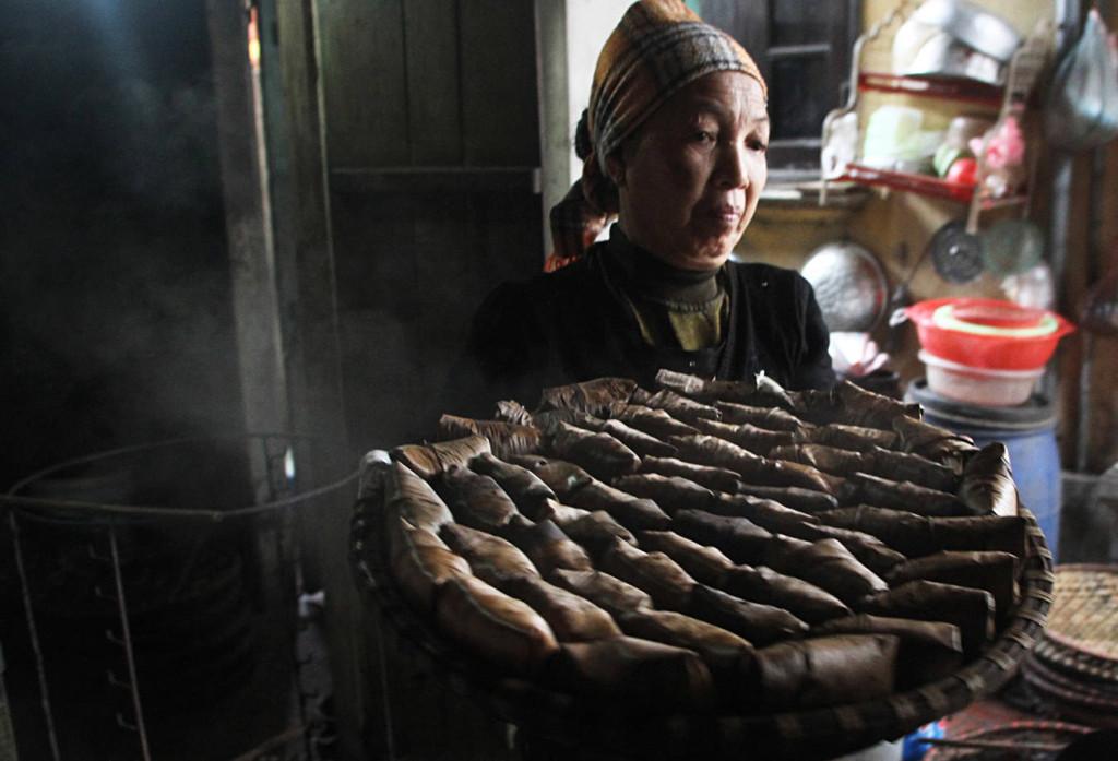 Sau khi gói cẩn thận, người dân mới đồ bánh. Thời gian hấp ảnh hưởng đến độ mềm của vỏ bánh.