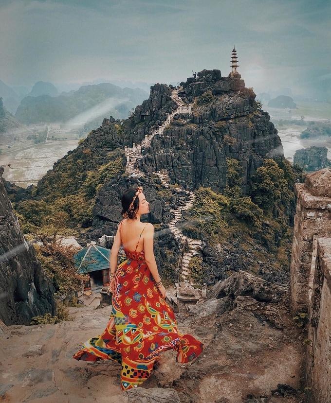 Đặc biệt gần đây, ngọn tháp nằm cheo leo trên đỉnh núi trở thành điểm check-in khá hot của các tín đồ du lịch. Để lên đến tháp, bạn phải vượt qua đoạn đường hơn 500 bậc thang, được nhiều người ví von là Vạn Lý Trường Thành ở Việt Nam - Ảnh: Hà Trúc