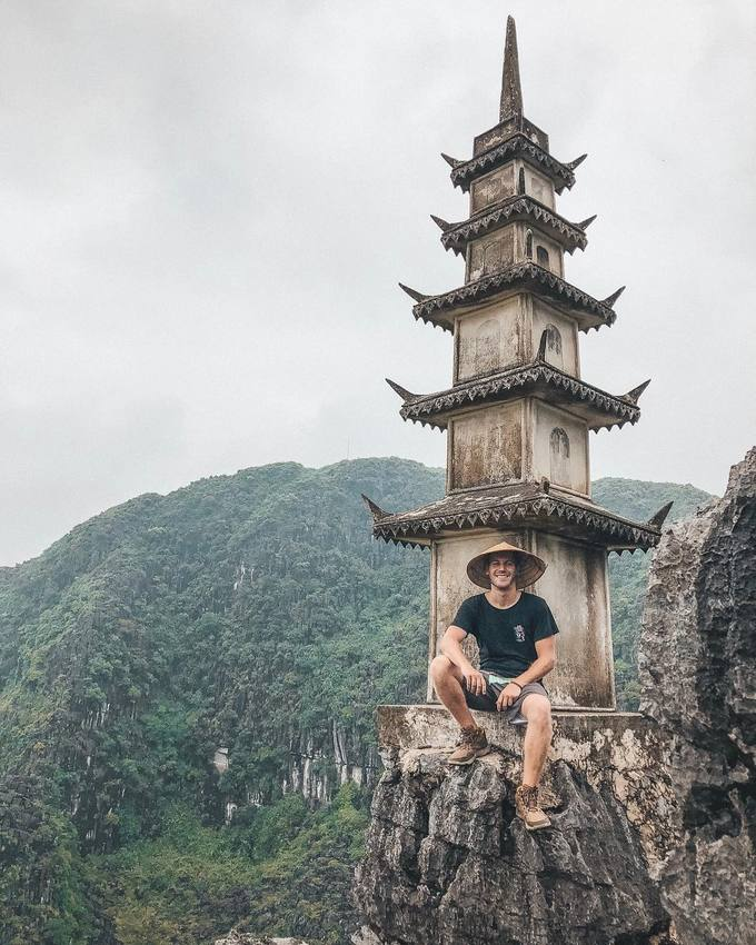 Hang Múa cũng là một địa chỉ khá nổi đối với các du khách quốc tế mê phượt. Trên instagram, không khó để bắt gặp hàng chục nghìn hình ảnh khách du lịch nước ngoài đội nón lá chụp ảnh ngay chân ngọn tháp - Ảnh: viviajandoomundo.