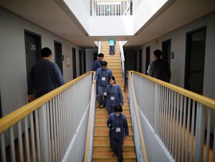 """Nhiều vị khách tham gia vào """"nhà tù"""" này đều cảm thấy được giải thoát. Không ít người trong số họ sau khi kết thúc những ngày nghỉ tại đây đều thấy cuộc sống mới tốt hơn. Người đồng sáng lập khách sạn đặc biệt này, cô Noh Ji-Hyang, cho biết mô hình nhà tù giả được lấy cảm hứng từ chồng cô, một công tố viên thường làm việc 100 giờ/tuần."""