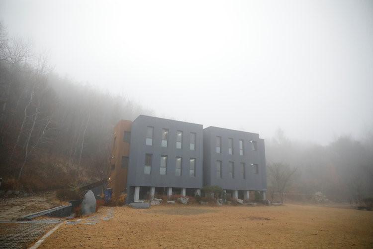 Khách sạn này nằm tại Hongcheon (Hàn Quốc), có cách thức hoạt đông khác biệt hoàn toàn với các khách sạn khác. Cơ sở này hoạt động như một nhà tù, các vị khách mặc đồng phục màu xanh như tù nhân, ăn cơm từ thực đơn nghiêm ngặt và ngủ trong các phòng giam được đánh số.