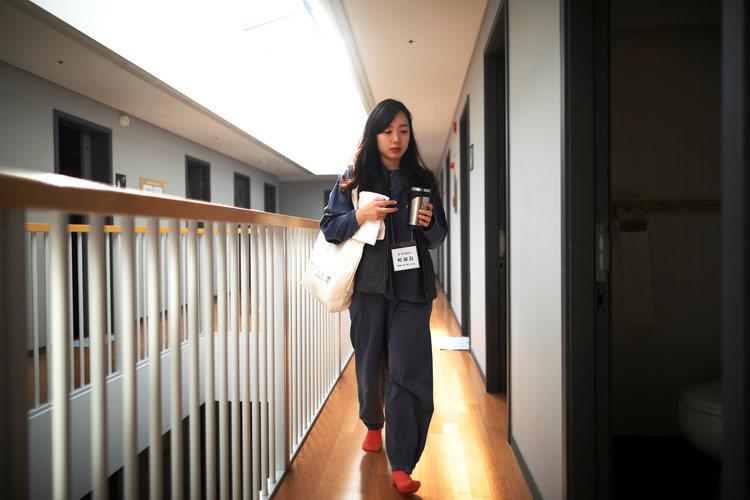 """Park Hye-ri, 28 tuổi, quản lý chương trình kinh doanh khởi nghiệp, một vị khách đang sinh hoạt tại """"nhà tù"""" Prison Inside Me chia sẻ với Reuters: """"Công việc của tôi quá bận rộn, nơi này đem lại cho tôi cảm giác thoải mái. Tôi đã bỏ ra 90 USD để tới ở đây trong vòng 24 giờ, gác lại toàn bộ công việc để đầu óc được nghỉ ngơi và suy nghĩ về cuộc sống hiện tại của mình""""."""