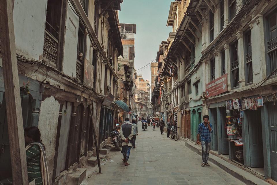"""Tọa lạc tại trung tâm văn hóa, hành chính, kinh tế quan trọng của vương quốc núi non Nepal, Thamel được người dân mệnh danh là khu phố Tây của thủ đô Kathmandu. Trong hành trình của mình, tôi tự đặt cho nơi này cái tên """"khu ổ chuột đầy sắc màu""""."""