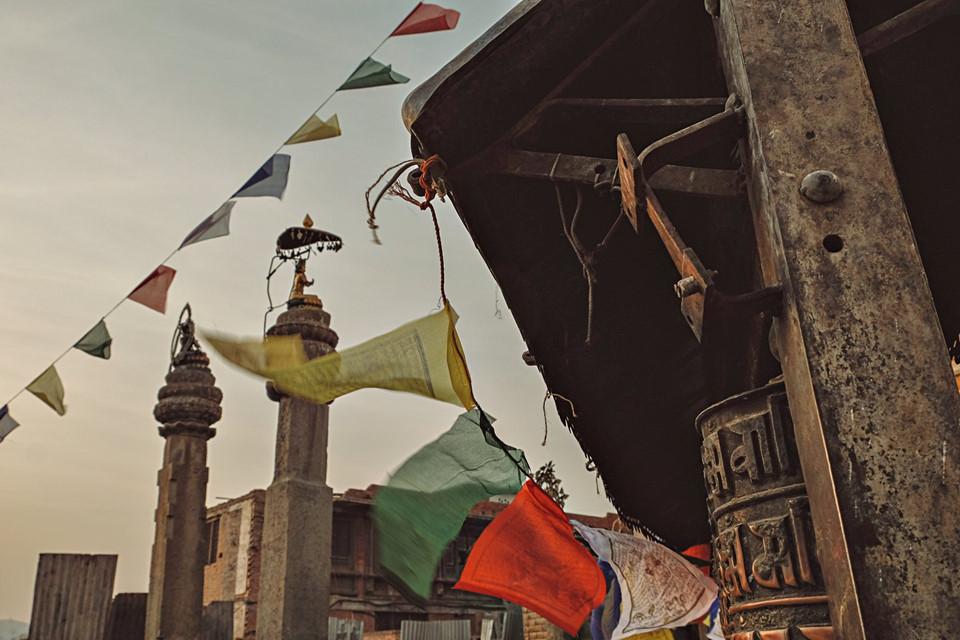 Trên phố, những lá cờ Lungta cũ kỹ đã bám đầy bụi đường bay phất phơ trong gió giữa nền trời xám xịt. Lungta có nghĩa là ngựa gió, vì thế còn được gọi là cờ Phong Mã. Người dân ở đây quan niệm rằng lá cờ sẽ mang lời cầu nguyện của họ lên trời và đem những điều tốt đẹp xuống nhân gian.