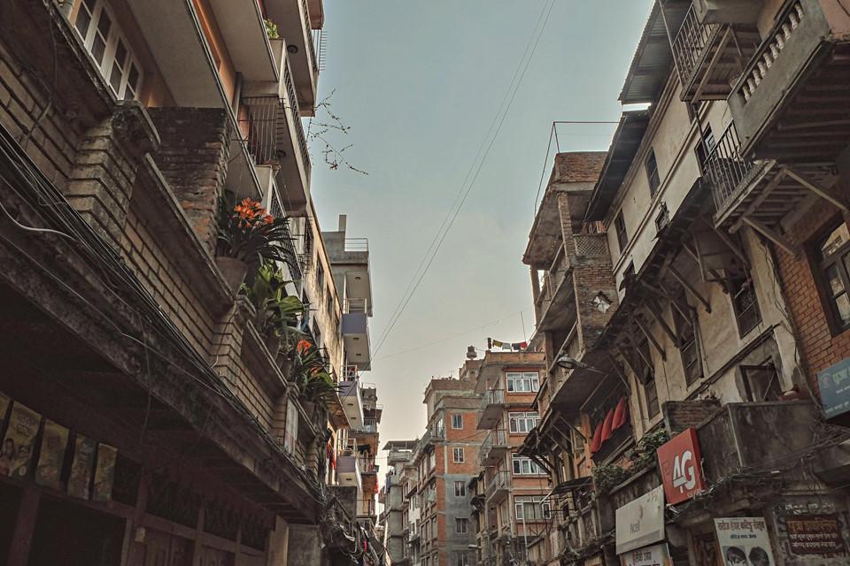 Có lẽ bởi sự đa dạng, sôi động về các nhà hàng, khách sạn, cửa hàng, Thamel còn được mọi người gọi là Nepal thu nhỏ giữa lòng thủ đô. Khi đèn lên, các quán ven đường bắt đầu bày biện hàng hóa chật kín khu phố. Nhạc từ quán rượu nằm sâu trong những con hẻm nhỏ vang lên xập xình, ồn ã.