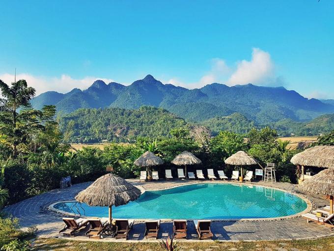 Mai Chau Ecolodge sở hữu một bể bơi ngoài trời, nhìn ra núi. Ảnh: We25