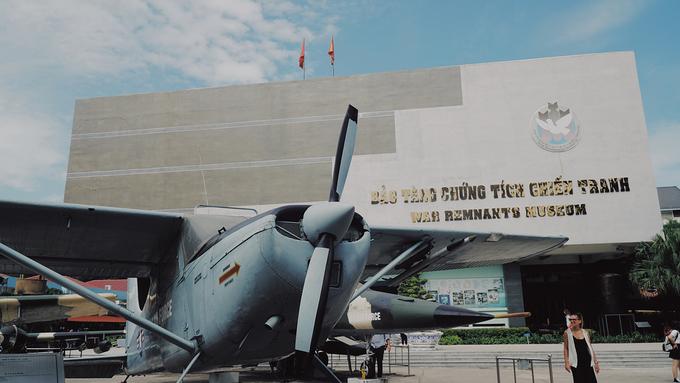 Là một trong những điểm đến nổi tiếng ở TP HCM, bảo tàng Chứng tích Chiến tranh là điểm tham quan thu hút đông du khách nước ngoài. Nơi đây sở hữu bộ sưu tập hình ảnh, vũ khí... liên quan tới chiến tranh ở Việt Nam. Trong khuôn viên của bảo tàng, du khách sẽ được dịp quan sát những chiếc máy bay, xe tăng từng được sử dụng trong các cuộc chiến.