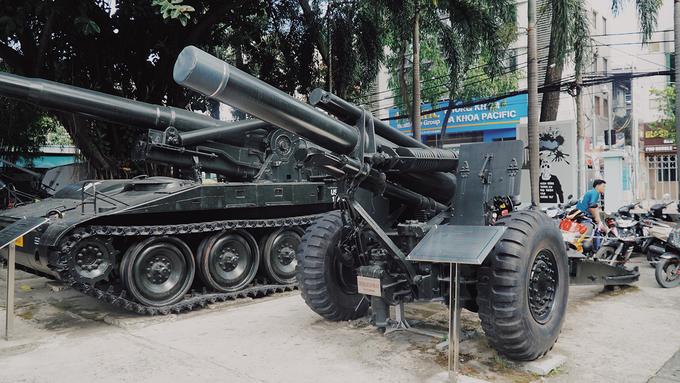 """Tổng cộng có hơn 10 chiếc xe tăng được bố trí gần mặt sau của bảo tàng. Trong ảnh là pháo binh yểm trợ trực tiếp mang tên """"Pháo 155 MM"""" nặng gần 6.000 kg, tầm bắn khoảng 14,6 km. Tháng 1/1968, quân đội Mỹ đã sử dụng 108 khẩu pháo loại này ở Việt Nam."""