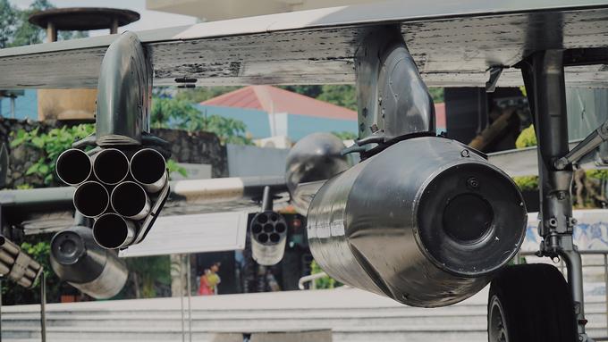 Trên máy bay có trang bị 2 súng M 39A3 cỡ 20 mm với 280 viên đạn ở mỗi đầu súng.