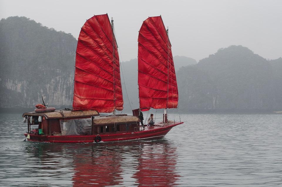 Vịnh Hạ Long, Cát Bà, Vân Đồn, Bái Tử Long là những địa danh nổi tiếng của tỉnh Quảng Ninh. Một ngày sương mù giăng kín, chiếc thuyền có cánh buồm đỏ vẫn nổi bật trên biển trong buổi sớm mai.
