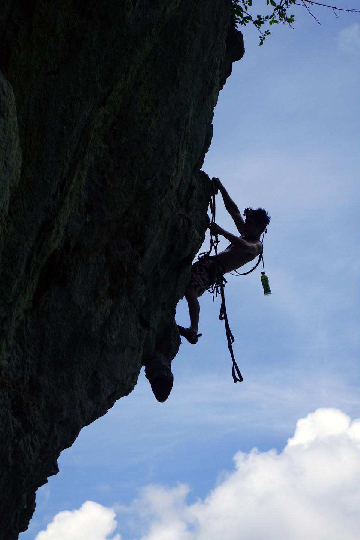 Với địa hình đồi núi đá vôi đa dạng và hiểm trở, du khách được trải nghiệm những cảm giác mạnh. Đá núi ở đây có nhiều đặc điểm và hình thù khác biệt, không giống những nơi khác trên thế giới. Điểm leo núi đảo Tiên Ông nằm trên vịnh Lan Hạ có 8 tuyến leo, dễ dàng tiếp cận khi thủy triều lên. Địa hình và độ sâu nước biển ở đây phù hợp cho môn leo núi tự do trên biển.