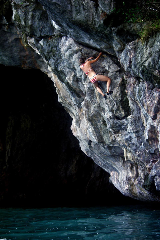 Đối với những người ưa mạo hiểm, đây là điểm leo lý tưởng với vách thấp, tuyến leo đơn giản với một đảo có hang nhỏ và phần còn lại là vách đá với các nhũ đá lớn. Khi ở trên đỉnh núi, du khách sẽ cảm nhận được một khung cảnh tuyệt đẹp với không gian rộng, bao la, không khí trong lành, mát mẻ.