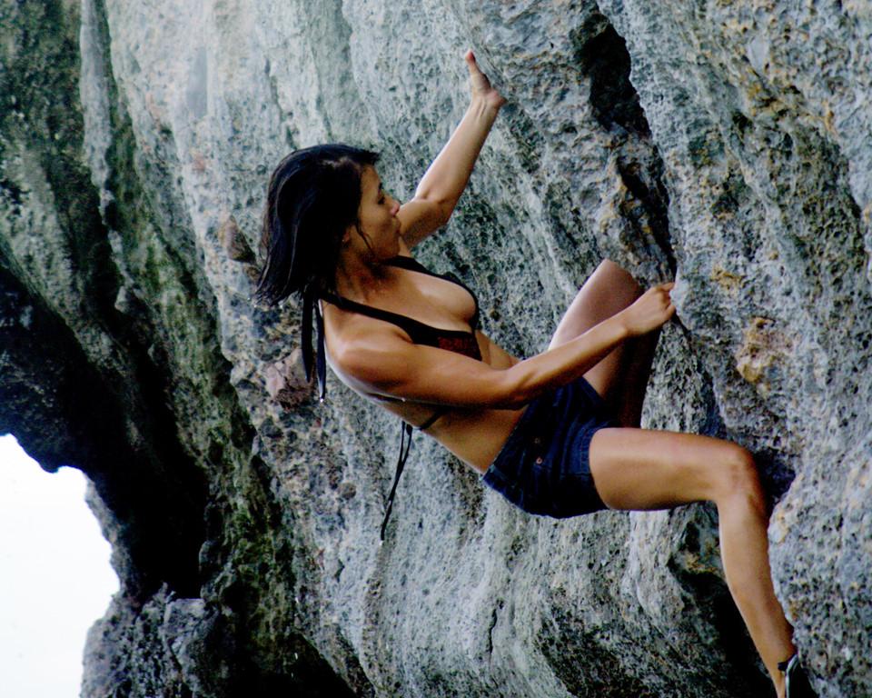 Một điểm leo núi khác là từ đường Cái Bèo, du khách đi bộ khoảng 10 phút, xuyên qua khu Áng Vả vào Áng Tre để đến với thung lũng trốn tìm. Nơi đây, du khách như lọt thỏm vào không gian riêng biệt, xung quanh là cây xanh và những vách núi đá xanh dựng đứng thích hợp cho việc trải nghiệm leo núi. Điểm leo núi Áng Tre có 3 đường leo, thấp nhất là 7 m, cao nhất là 23 m với các địa hình từ dễ đến khó.