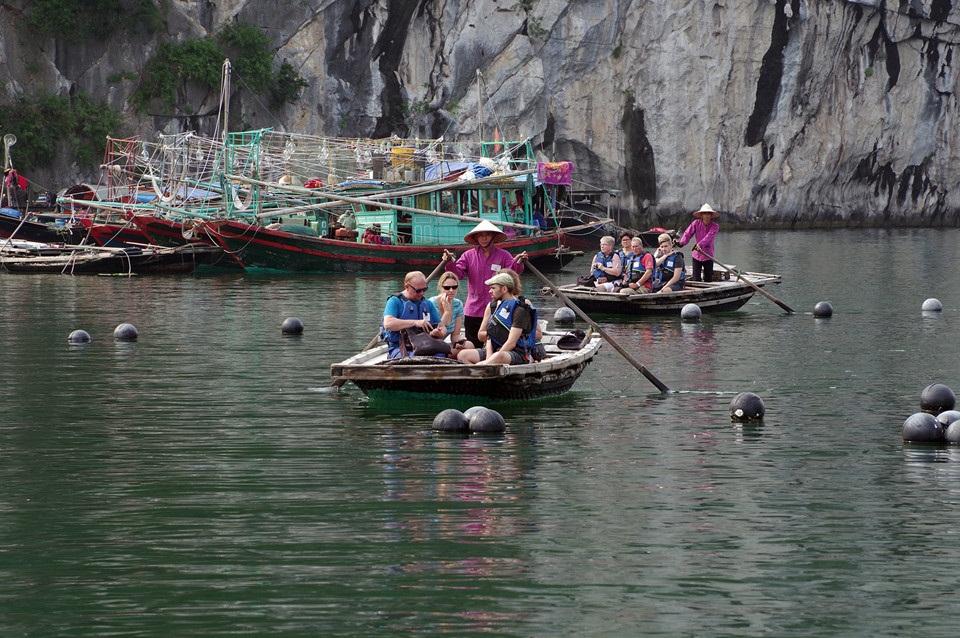Từ lâu, Hạ Long, Bái Tử Long luôn là điểm đến ưa thích của du khách trong nước và quốc tế. Đi thuyền ra vịnh là một trải nghiệm thú vị nhiều người thường sử dụng.