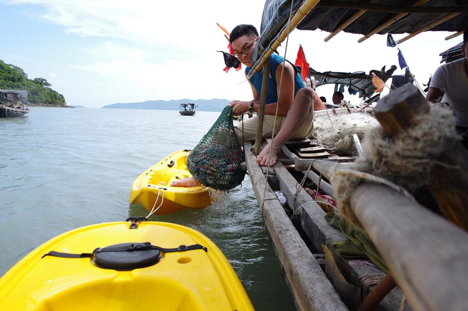 Tới Hòn Gội, du khách được trải nghiệm đánh bắt hải sản tươi sống và chế biến ngay trên thuyền.