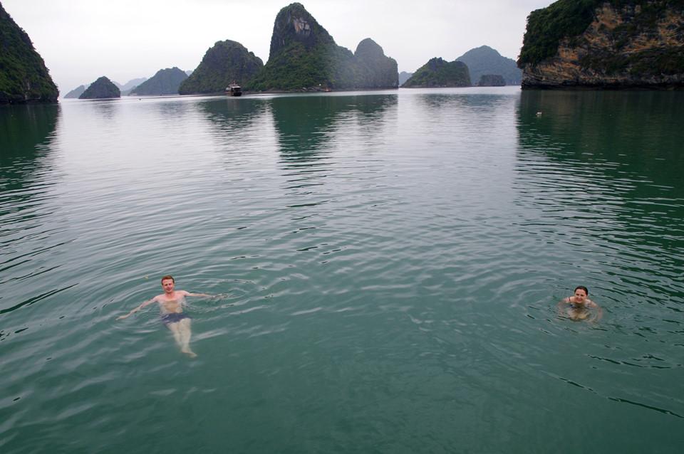 Nếu vịnh Hạ Long là một cô gái đẹp rực rỡ, vịnh Bái Tử Long lại là một thiếu nữ tinh khôi, đầy mê hoặc. Đây là một trong những kỳ quan thiên nhiên của thế giới và đó cũng là lý do Công ty du lịch sinh thái Gecko Travel (Anh) đã bình chọn vịnh Bái Tử Long của Việt Nam vào Top 5 Những địa điểm du lịch tuyệt vời nhất Đông Nam Á (năm 2006).