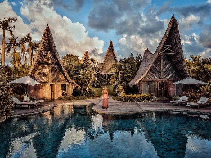 Tọa lạc khoảng giữa Seminyak và Canggu thuộc Bali, Own Villa chiếm trọn cảm tình của du khách ngay khi đặt chân đến với kiểu thiết kế hòa với thiên nhiên, giúp bạn tách biệt khỏi ồn ào, xô bồ của phố thị.