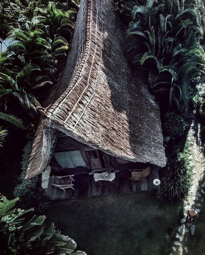 Một trong những điểm cộng của khu nghỉ là có cấu tạo hoàn toàn từ gỗ tái chế, không đốn chặt bất kỳ cái cây nào để lấy gỗ xây dựng. Mái nhà lợp lá thiết kế dựa trên cảm hứng từ ngôi nhà truyền thống của người Batak ở phía bắc Sumutra (Indonesia), ẩn mình giữa những bụi dừa um tùm, mát mẻ.