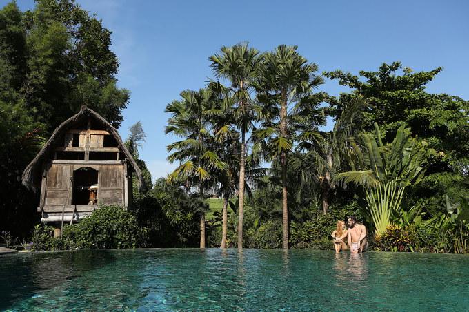 Du khách thoải mái bơi lội, sống ảo ở bể bơi ngay trung tâm resort, nằm phơi nắng trên hàng ghế dài cạnh hồ, còn phòng massage tựa tổ chim kế đó dành cho người muốn thư giãn, làm đẹp bằng phương pháp truyền thống của người bản địa.
