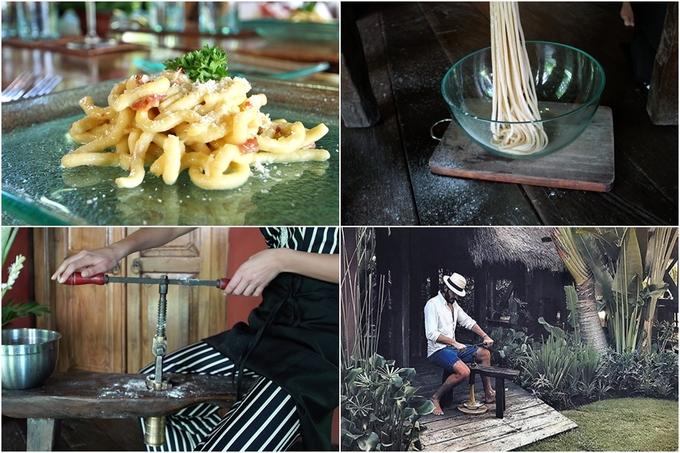 Ngoài ra, bạn còn được trải nghiệm làm món mỳ bigoli thủ công đặc trưng vùng đông bắc Italy bằng công cụ được mang về từ Veneto (Italy). Loại pasta này thường ăn với sốt cà chua hay sốt cá cơm. Tuy nhiên, đầu bếp đã biến tấu bằng cách pha trộn hương vị địa phương và Italy truyền thống rồi nấu với vịt lạ miệng, gây ấn tượng với du khách.
