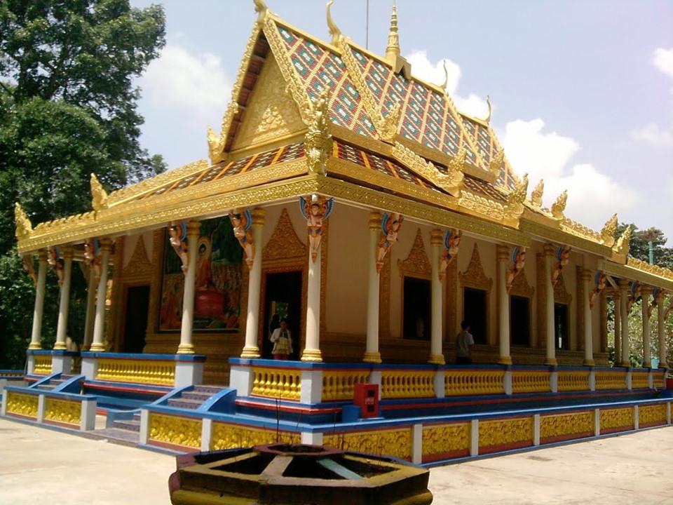 Chùa Dơi (Sóc Trăng): Chùa Dơi có kiến trúc Khmer đặc trưng, hòa trộn giữa hai nền văn hóa Việt Nam - Campuchia, là địa danh nổi tiếng tại tỉnh Sóc Trăng. Tên gọi của chùa gắn liền với hiện tượng hàng nghìn con dơi từ cánh rừng gần đó thường kéo về đậu ở sân chùa vào mỗi chiều. Các vị sư ở đây cho rằng việc dơi đổ về chùa là phước lành nhà Phật cho ngôi chùa này nên họ rất tích cực bảo vệ bầy dơi. Ảnh: Vietravel.