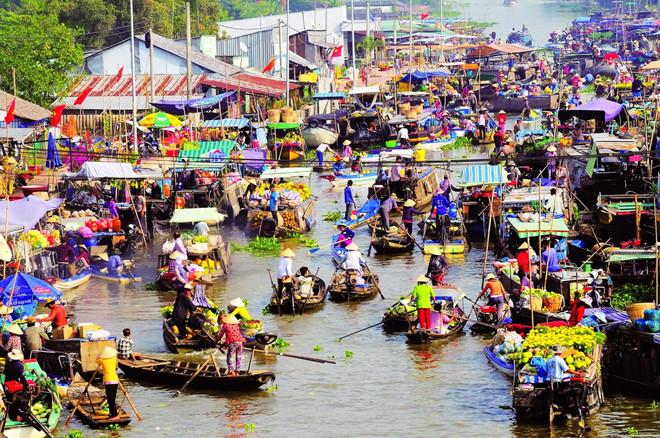 Chợ nổi Cái Răng (Cần Thơ): Nhắc đến Cần Thơ,chắc hẳn ai cũng biết đến chợ nổi Cái Răng. Khu chợ mang đậm nét văn hóa của người miền Tây sông nước. Bạn có thể tìm mua đủ loại nông, hải sản tại chợ nổi này. Ngoài ra, ngồi xuồng check-in, lênh đênh trên dòng sông Cần Thơ cũng là một trải nghiệm thú vị với khách du lịch. Ảnh: Jiaafuu.