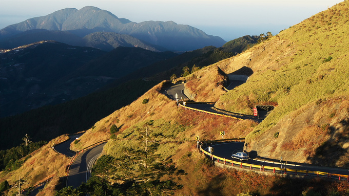 Núi Hehuan (còn gọi là núi Joy) cao 3.416 m ở miền Trung Đài Loan, nằm trên ranh giới của Nantou và Hoa Liên và thuộc Công viên Quốc Gia Taroko Gorge là một trong những con đường cao nhất Đài Loan, đồng thời là cung trekking đẹp nhất thiên đường trà sữa, thu hút không chỉ người mê du lịch mà còn các nhiếp ảnh gia vào mùa thu.