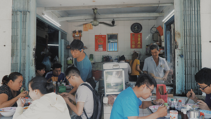Tuy nằm ngay mặt tiền đường Yersin, quận 1, tiệm ăn của gia đình ông Viên Kiêm Toàn (ngoài 60 tuổi) không bề thế mà nằm gọn trong căn nhà nhỏ chừng 10 mét vuông. Bàn ghế cho khách ngồi ăn được xếp kín từ trong ra ngoài.