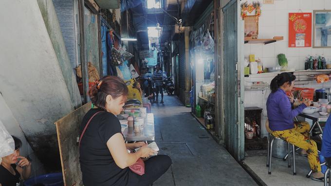 Quán không tên nhưng nằm ở mặt tiền đường (gần đại lộ Võ Văn Kiệt) nên khách rất dễ tìm thấy. Địa chỉ này phục vụ bữa sáng, mở cửa từ khoảng 5h30, đến tầm trưa thì nghỉ. Quán có không gian mở, sát mặt đường nên thoáng mát.