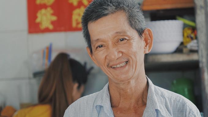 """Ông Toàn cho biết, quán do thân sinh của ông mở cách đây hơn 60 năm. """"Tôi theo ba mẹ phụ bán từ khi 14, 15 tuổi"""", ông nói. Hiện tại, ông Toàn cùng con trai đứng bếp. Ông thuê thêm vài người để phụ bưng cũng như xếp xe cho khách."""