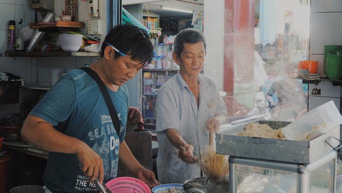 Không giống như hầu hết tiệm ăn người Hoa, địa chỉ này không có chiếc xe đẩy thường thấy mà kê một chiếc bàn để bày các vật dụng. Chiếc tủ kính nhỏ để các nguyên vật liệu. Kế bên là bếp và nồi nước lèo to, luôn toả khói nghi ngút.  Ông Toàn cho hay, gia đình ông tự tay làm mì mỗi ngày để bán. Sợi mì có màu vàng ươm, thoảng thơm mùi trứng.