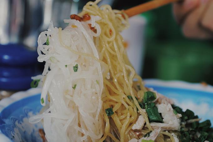 Khách ăn quen ở đây sẽ có nhiều lựa chọn hơn bởi ngoài mì tươi, quán có 2 loại sợi hủ tiếu khác nhau. Nếu đến ăn lần đầu, bạn sẽ được nhân viên hỏi dùng sợi dai hay sợi mềm.