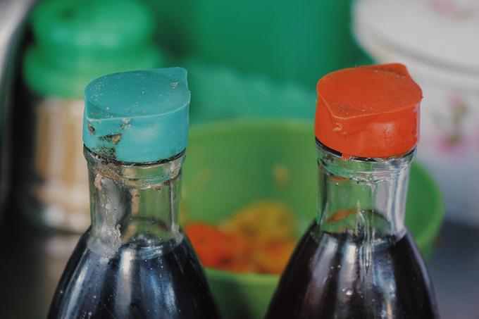 Trên bàn ăn để sẵn hai chai nước chấm có nắp xanh và đỏ. Đó là giấm và xì dầu. Tuỳ theo sở thích, bạn có thể thêm vào để món ăn đậm đà hơn. Tuy nhiên, nếu ăn không quen, bạn sẽ cảm thấy mất ngon nếu cho quá nhiều loại gia vị này.