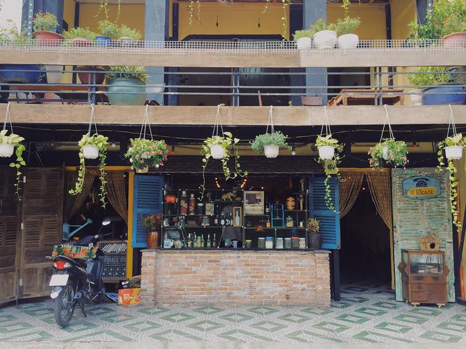 Quán 81 cafe nằm bên hông chợ Tân Định, trên đường Nguyễn Hữu Cầu, quận 1. Quán vừa mới đi vào hoạt động nhưng khiến nhiều thực khách chú ý bởi không gian sáng, trang trí bắt mắt ngay từ bên ngoài.