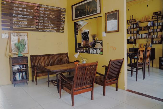 Căn nhà có hai tầng, mỗi tầng có 2 gian được thông nhau. Với sở thích sưu tầm các vật dụng xưa, anh Hữu mang về quán nhiều bộ bàn ghế cũ để khách ngồi.