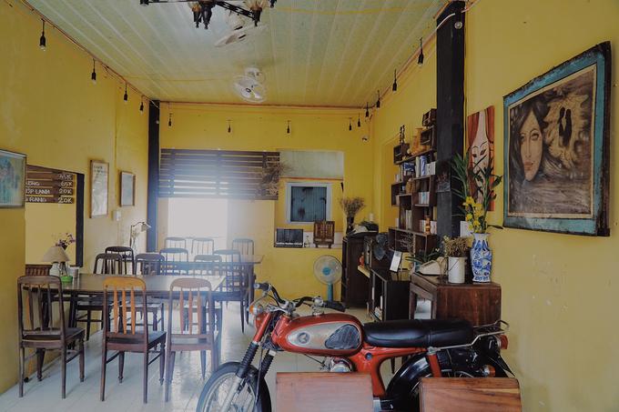 Bàn ghế cũ làm bằng gỗ có màu nâu, kết hợp với tông vàng đem lại cho thực khách cảm giác ấm áp. Quán cũng có nhiều cửa sổ để lấy ánh sáng. Nhờ đó, không khí bên trong luôn thoáng đãng.