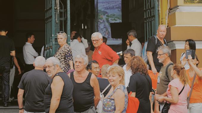 Qua 3 thế kỷ, Bưu điện trung tâm vẫn còn hoạt động bình thường với hơn 30 quầy dịch vụ như gửi thư, chuyển phát nhanh, văn hóa phẩm lưu niệm... Cùng với Nhà thờ Đức Bà, Dinh Độc Lập, đây là một trong những điểm tham quan được đông đảo du khách tìm đến.