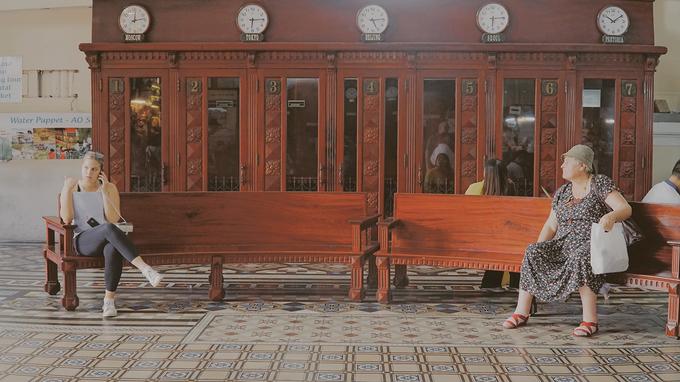 Ngay tiền sảnh có 14 bốt điện thoại. Trước đây, những bốt này được sử dụng để phục vụ người dân và du khách. Hiện du khách chỉ có thể tham quan nhưng không được sử dụng.