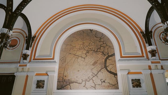 """Phía bên phải tiền sảnh là tấm bản đồ mang tên """"Saigon et ses environs 1892"""" thể hiện địa lý Sài Gòn và vùng xung quanh."""