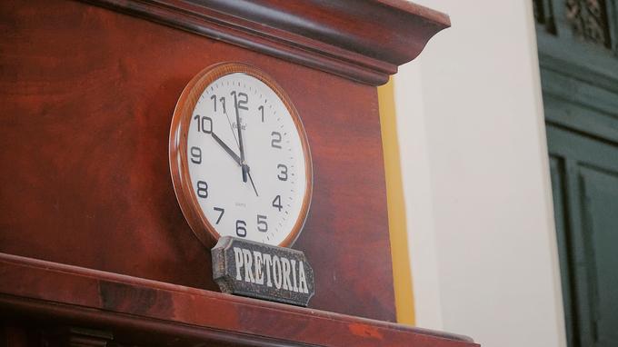 Phía trên của các bốt là đồng hồ thể hiện múi giờ của nhiều thành phố lớn trên thế giới.
