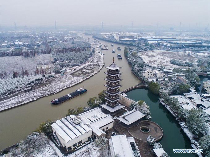 Ô Trấn là một thị trấn cổ nằm ở phía nam sông Dương Tử, thuộc tỉnh Chiết Giang, cách không xa Hàng Châu và Thượng Hải. Nơi đây được mệnh danh là thuỷ trấn đẹp nhất Trung Quốc. Mỗi năm đón lượng khách du lịch rất lớn.