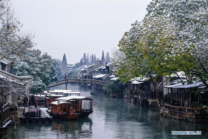Năm nay, mùa tuyết đến sớm hơn mọi năm. Ngay từ tuần đầu tiên của tháng 12, người dân ở khu vực miền trung duyên hải Trung Quốc bao gồm Thượng Hải - Hàng Châu - Tô Châu hay các khu vực như Sơn Đông - Hồ Bắc đồng loạt đón tuyết rơi đầu mùa. Nhiệt độ giảm sâu, tuyết rơi khá dày.